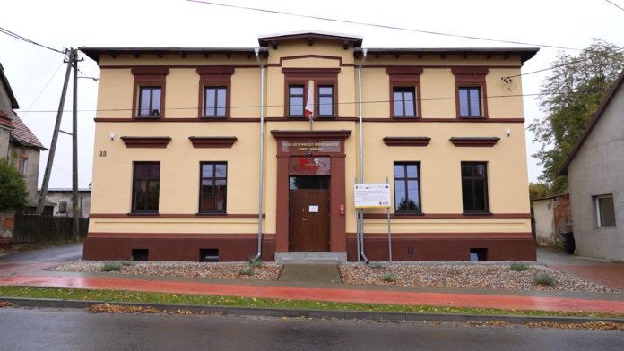 Budynek Gminnego Ośrodka Sportu, Turystyki i Rekreacji widziany od ul. Piłsudskiego.