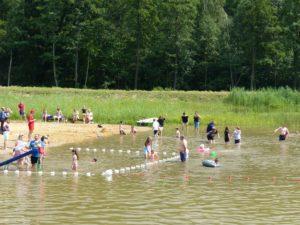 Kilkadziesiąt osób kąpiących się w Zalewie Słup