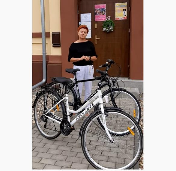 Anna Pędziwiatr, dyrektor GOSTiR-u prezentuje rowery, nagrody głowne w biegu.